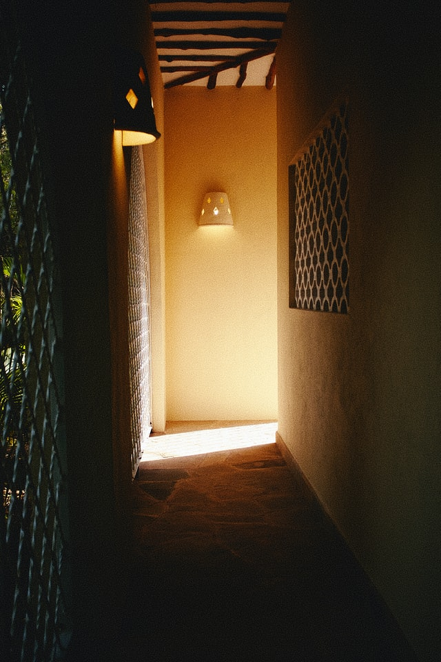 Comment décorer aménager un couloir long étroit et sombre
